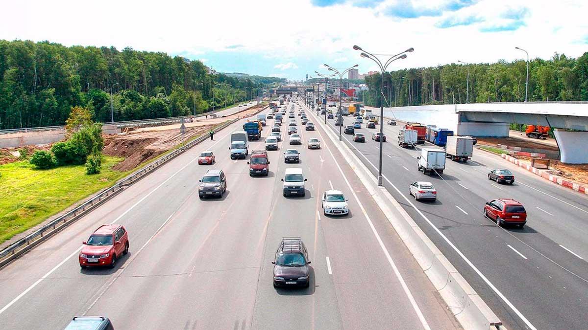 Машины едут по дороге
