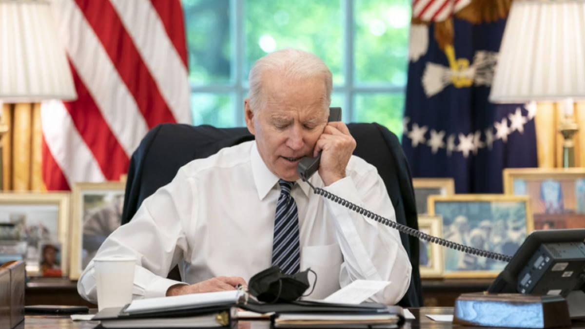 Джозеф Байден - Joseph Biden говорит по телефону