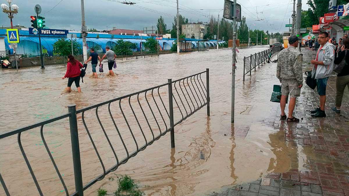 Крым потом вода люди улица