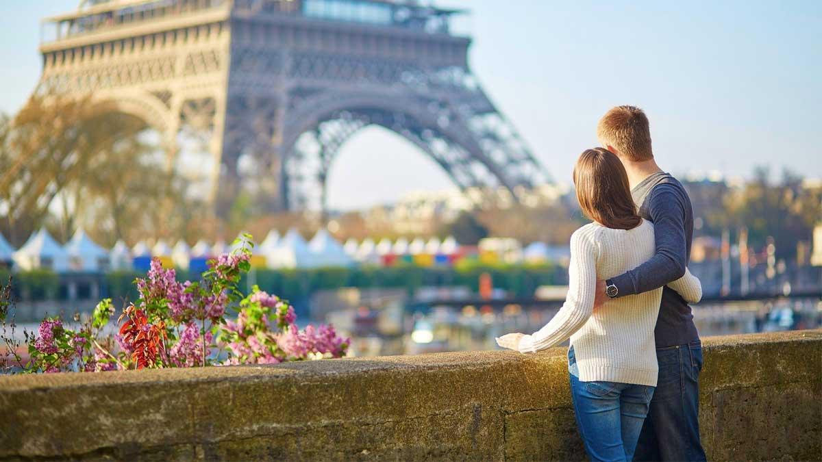 Люди гуляют Франция Париж