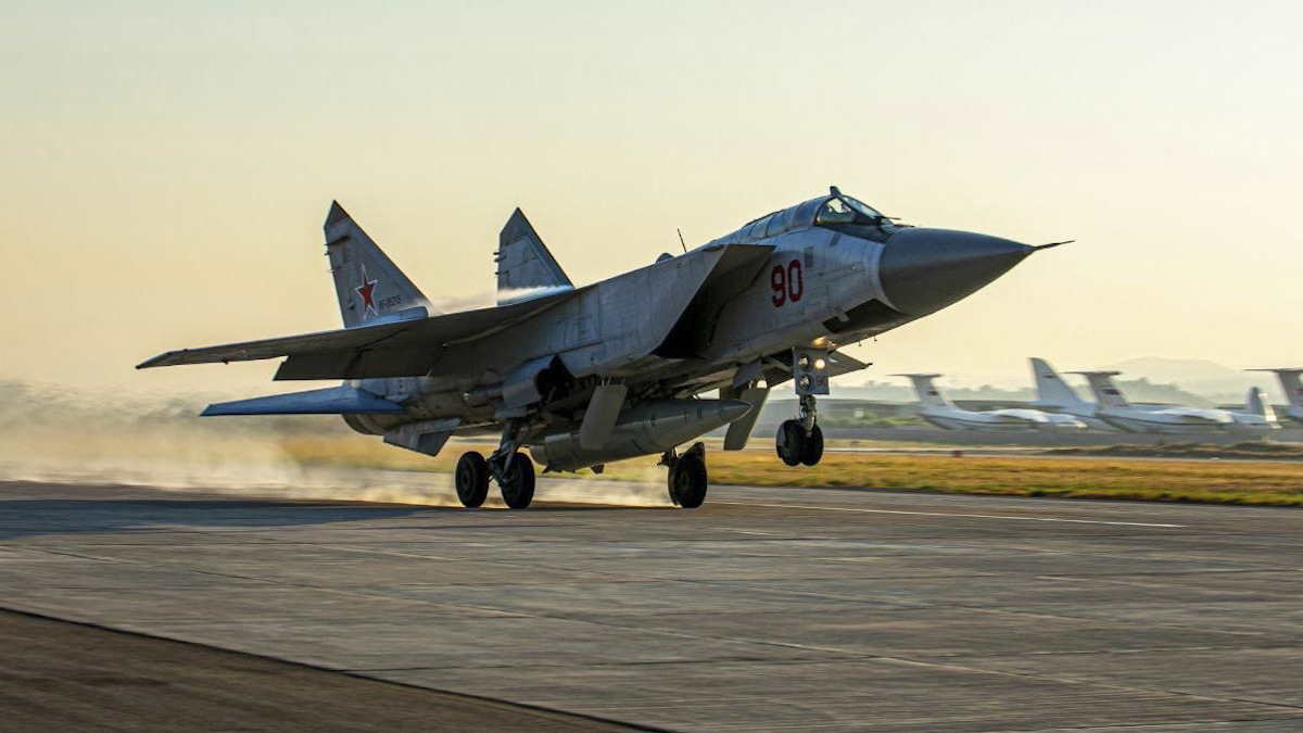 МиГ-31К с гиперзвуковой ракетой Кинжал