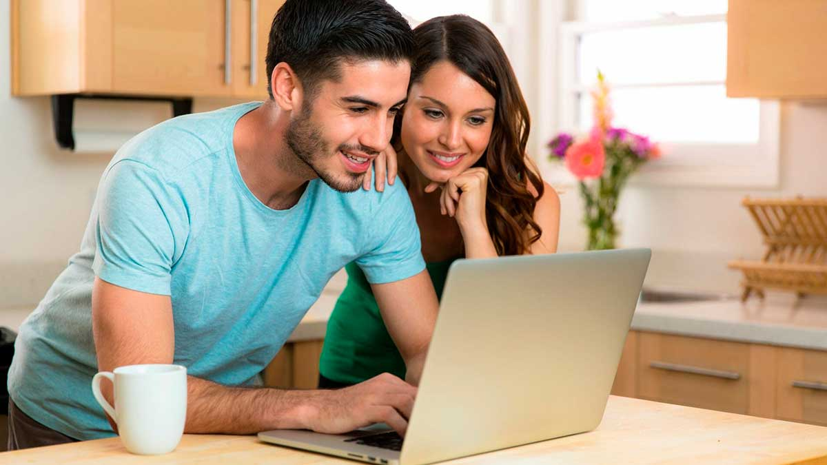 Мужчина и женщина ноутбук