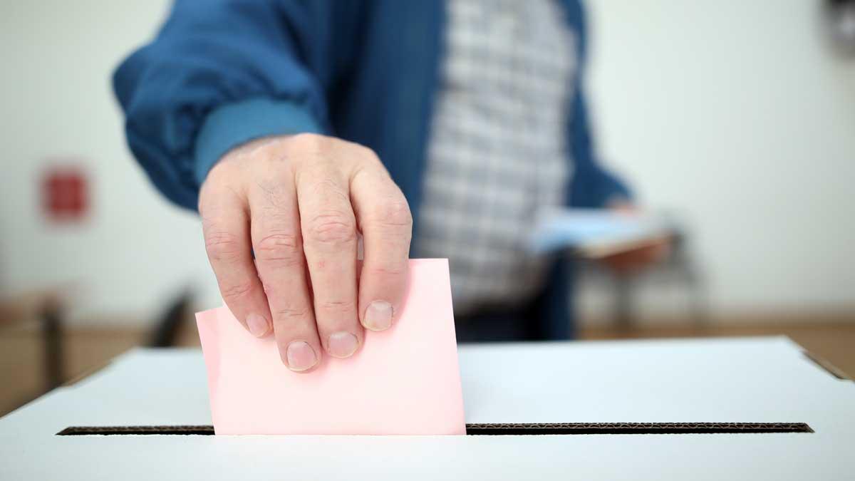 Мужчина выборы урна голосование