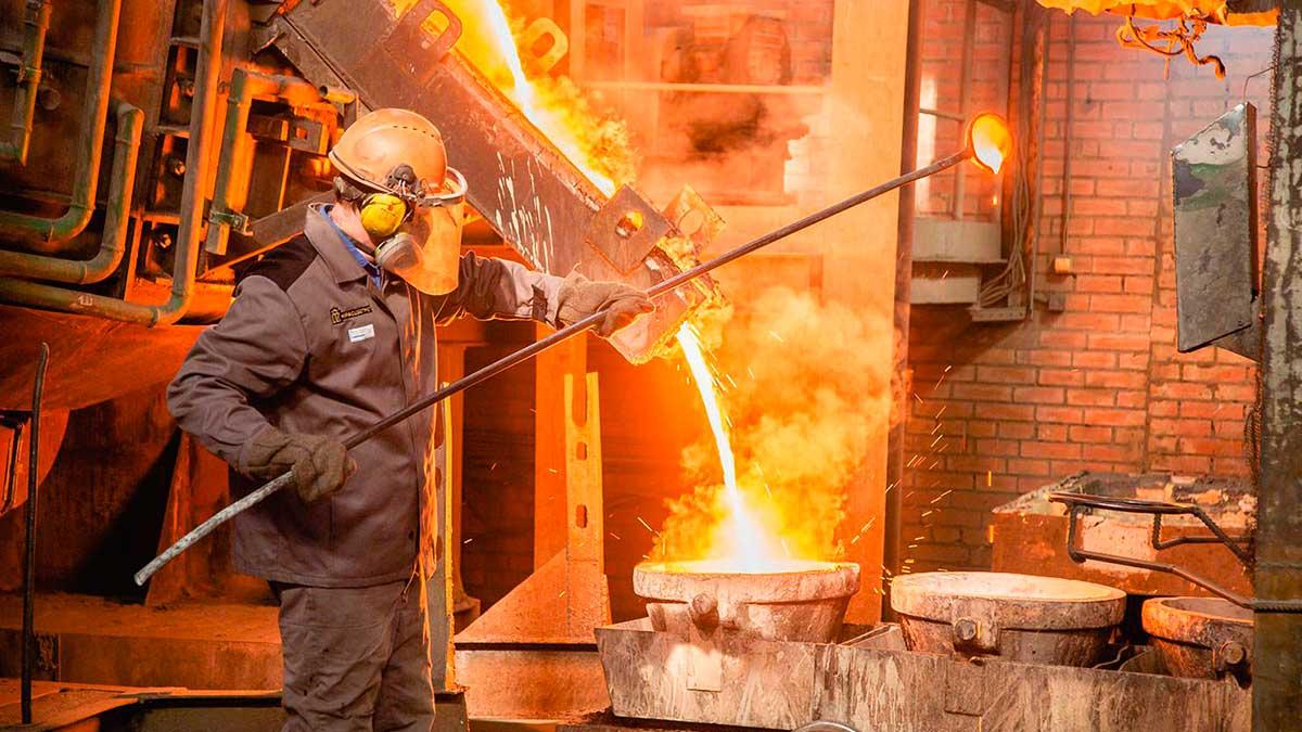 Мужчина завод металлов жарко