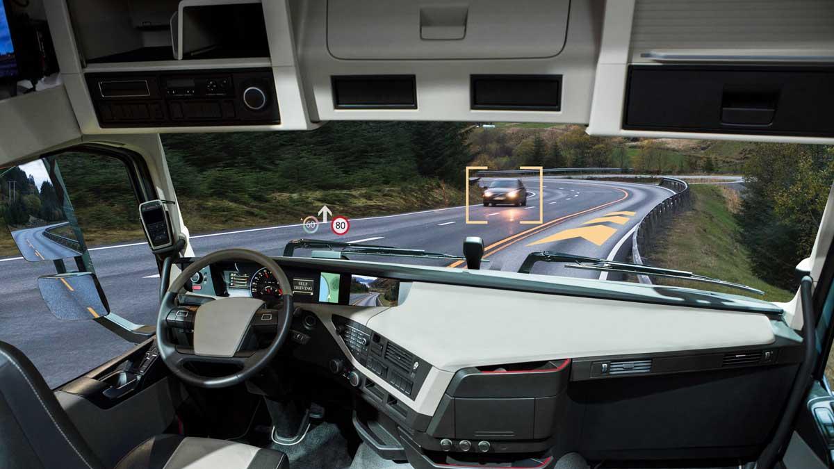 Самоуправляемый грузовик с головным дисплеем на дороге.