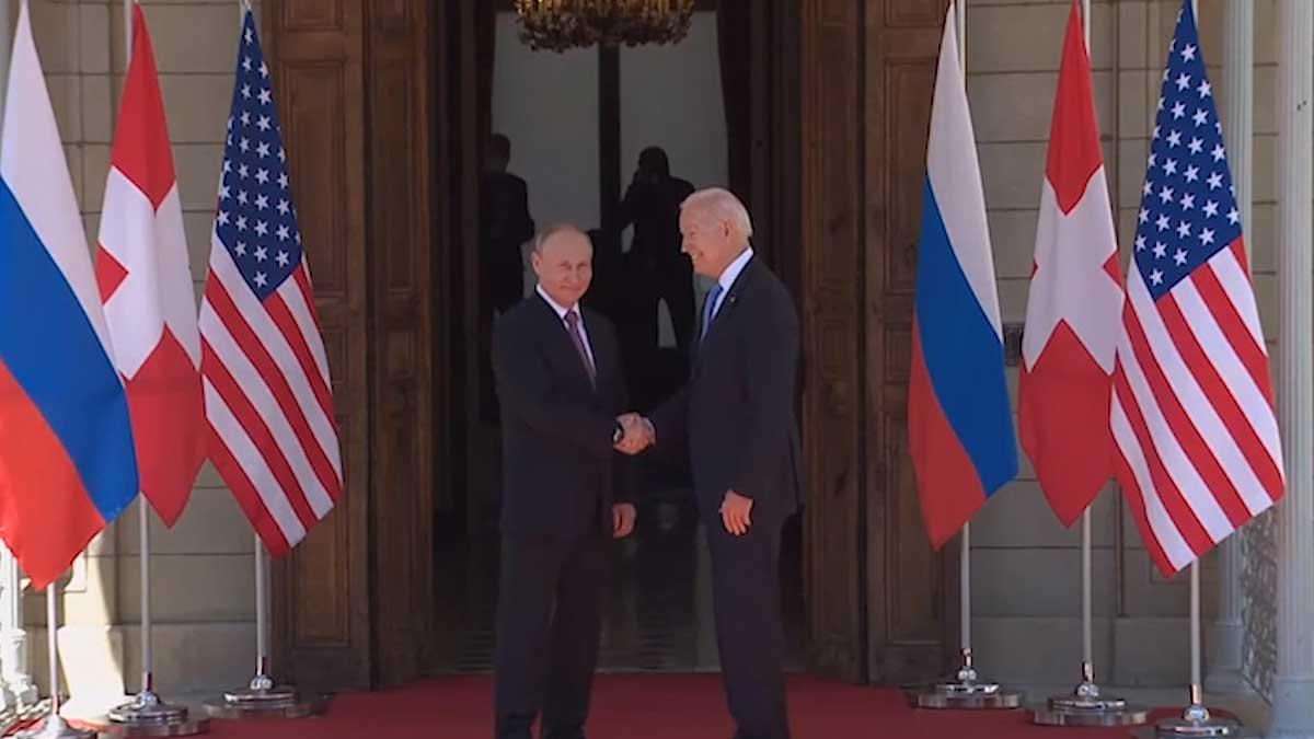 Владимир Путин и Джо Байден жмут руки и улыбаются