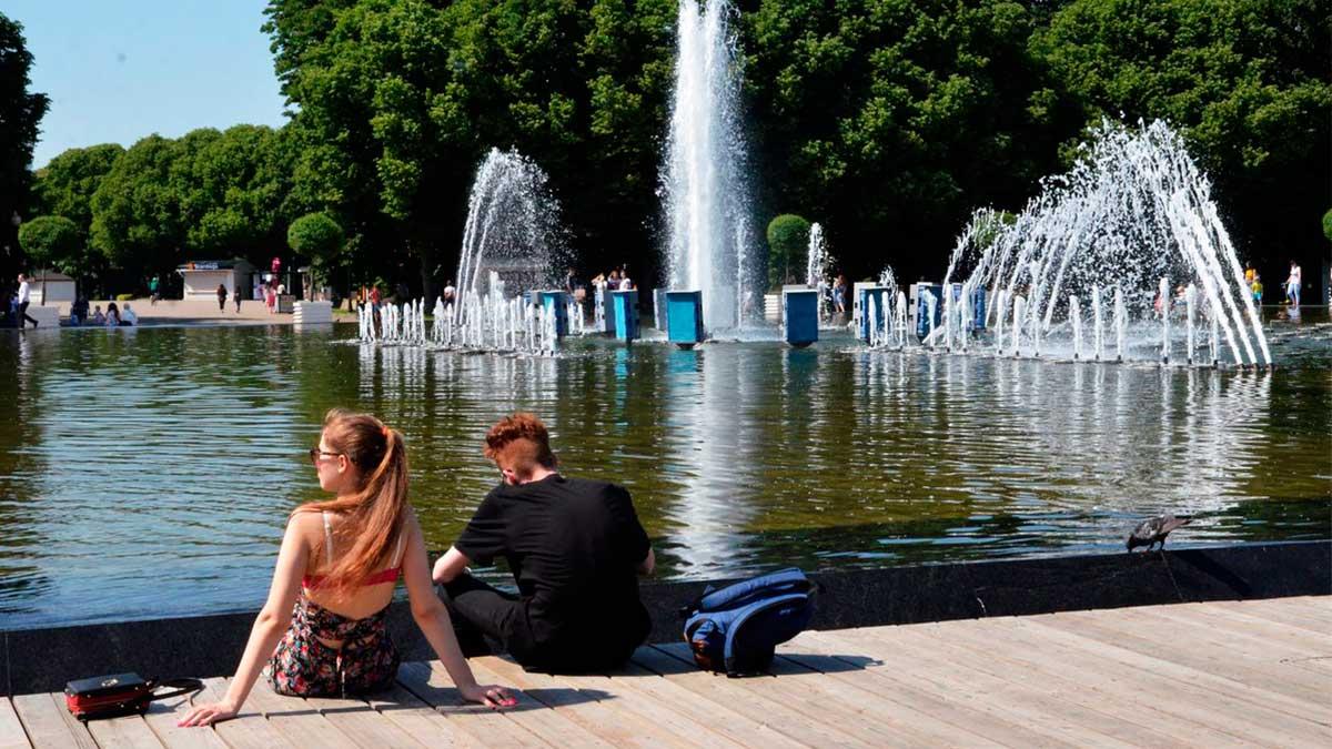 Жара Санкт-Петербург фонтан люди