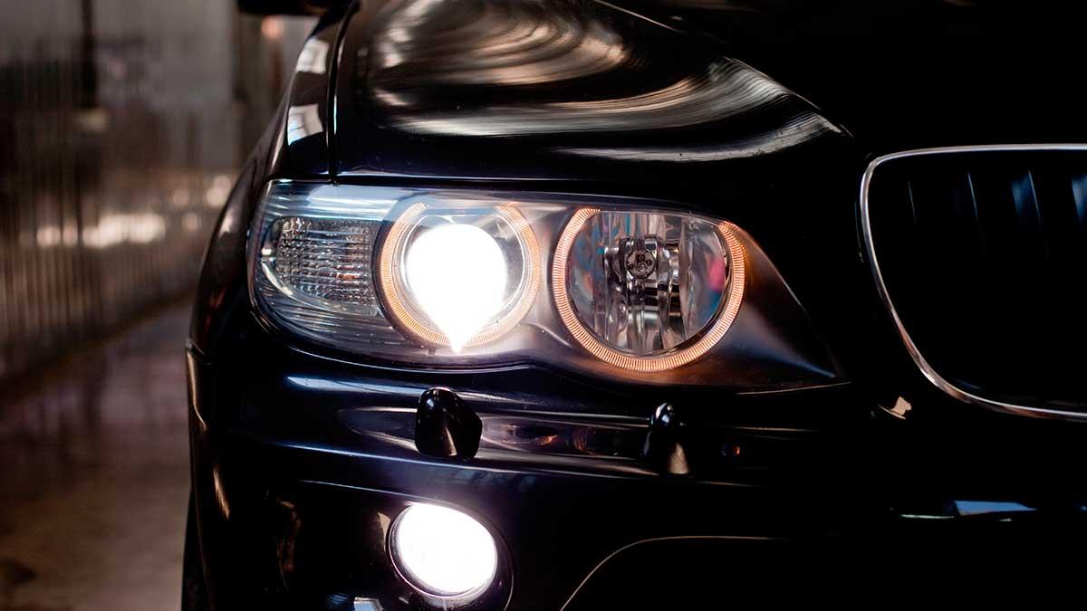 автомобиль светят фары машина