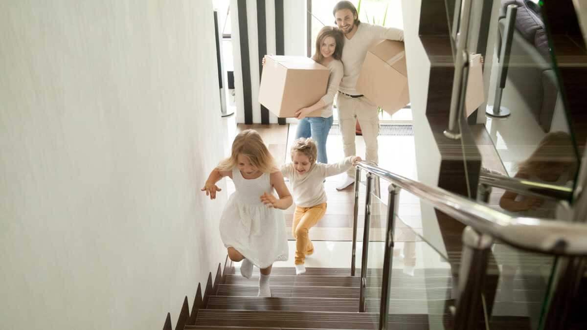 дети бегут по лестнице дома