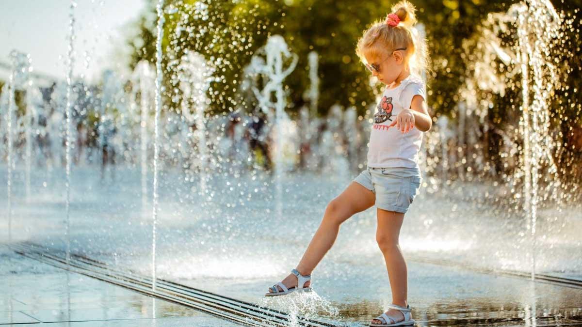 девочка фонтан солнце