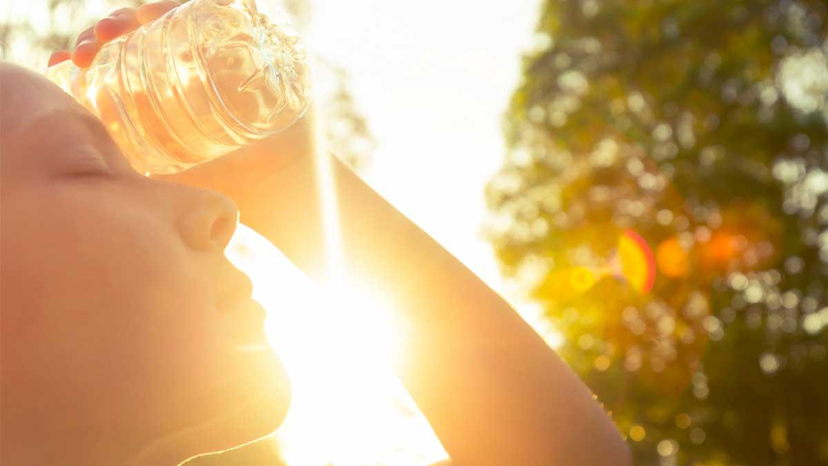 девушка бутылка солнце жара