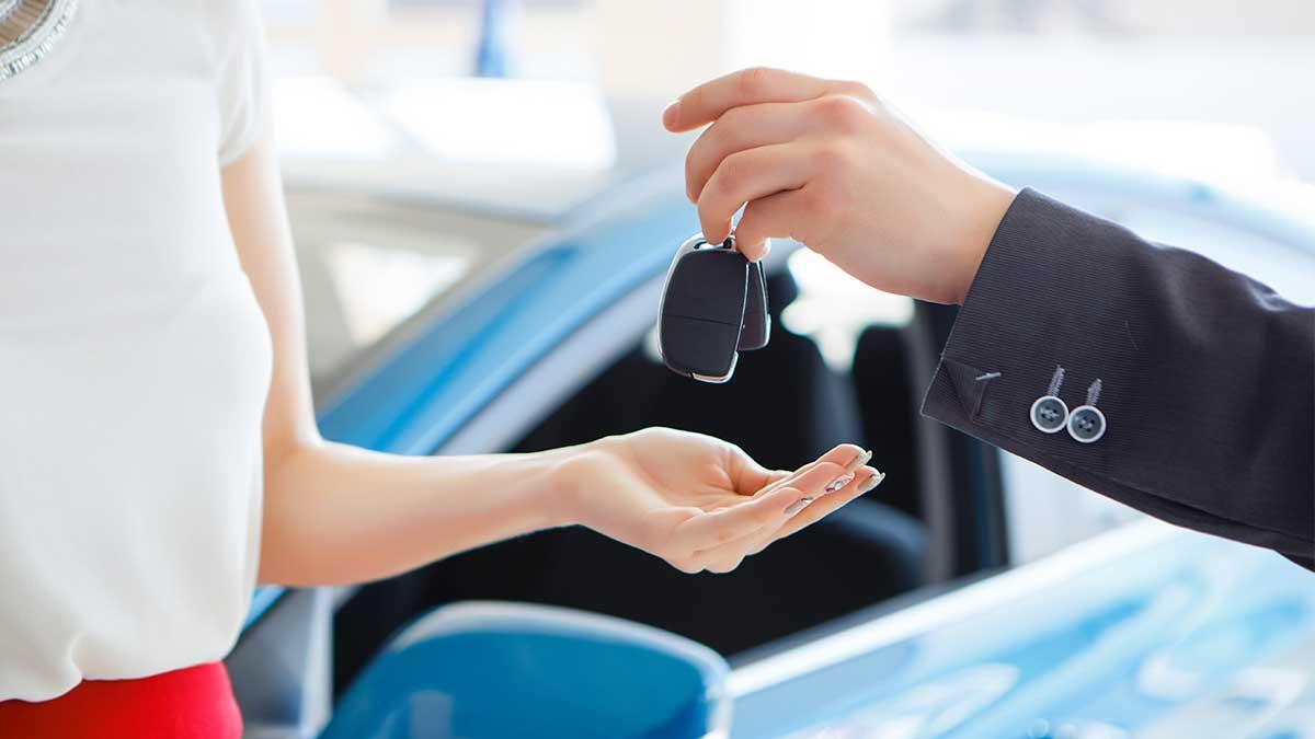 девушка покупает автомобиль