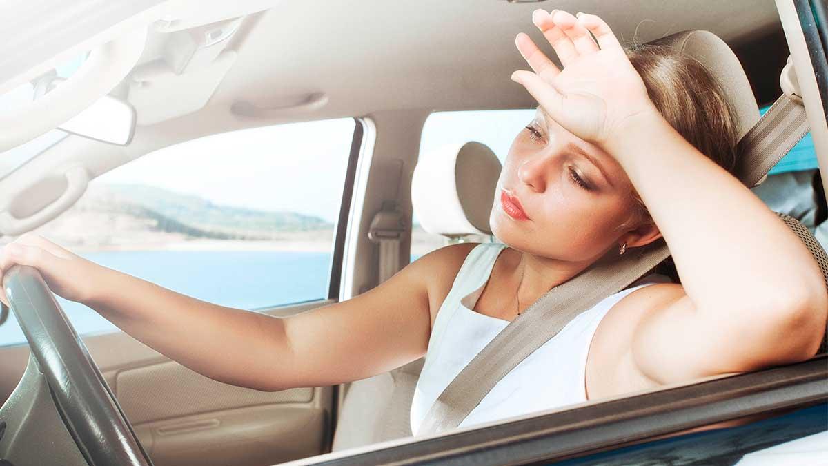 девушка за рулем жара засыпает