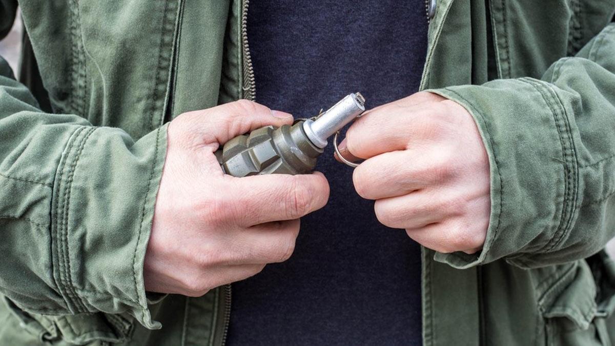 граната в руках мужчины