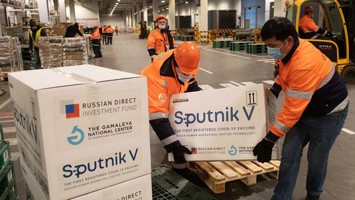 грузчики грузят sputnik V