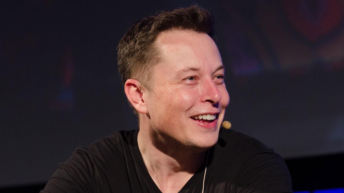 Илон Маск улыбается смеется шутит