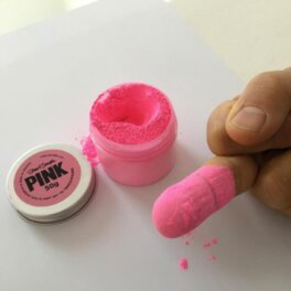 "Палец Эниша Капура в краске ""Самый розовый"" от Стюарта Сэмпла"