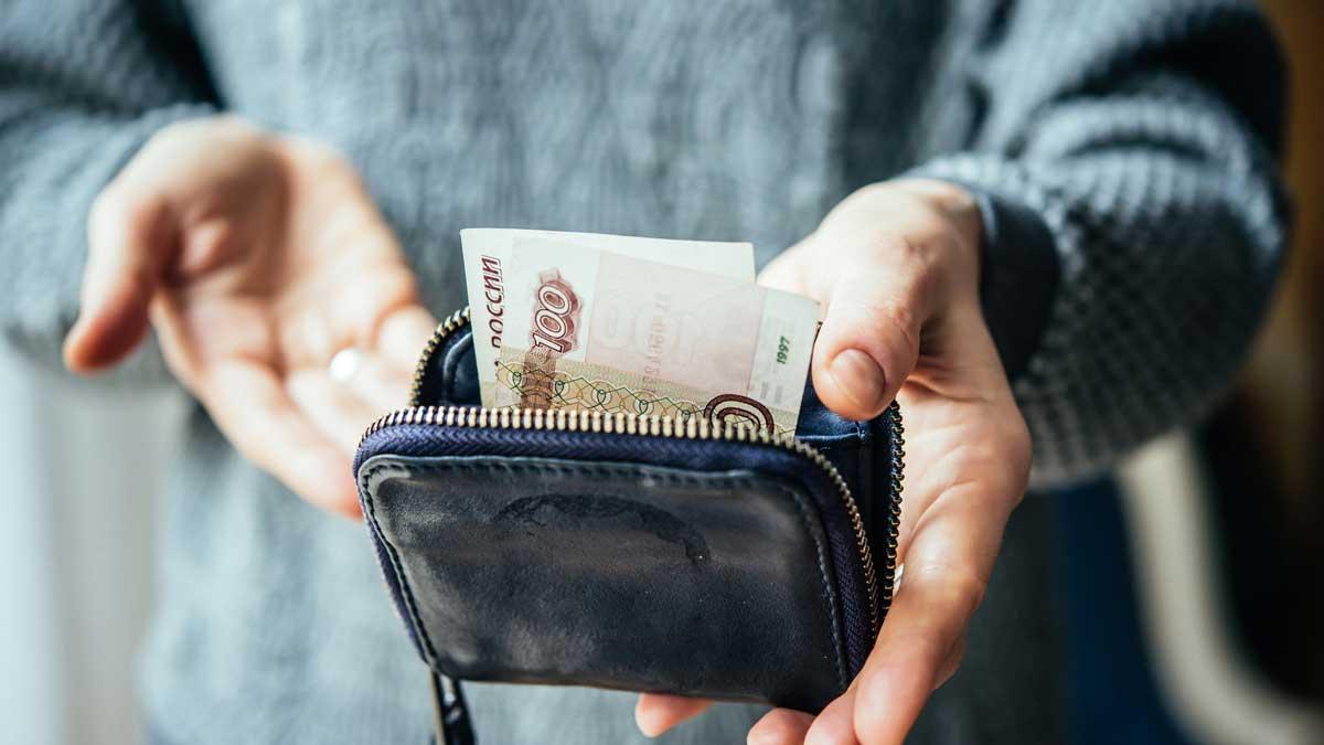 кошелек руки женщина деньги купюра рубли