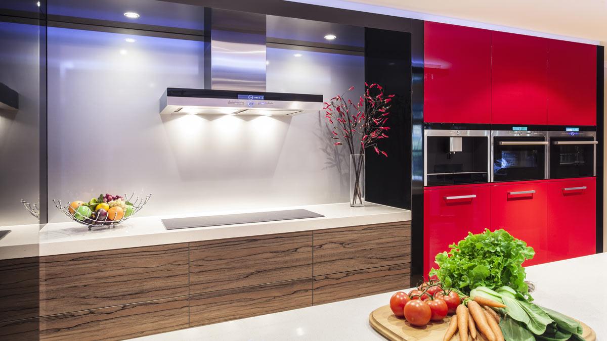 красная кухня овощи на столе свет