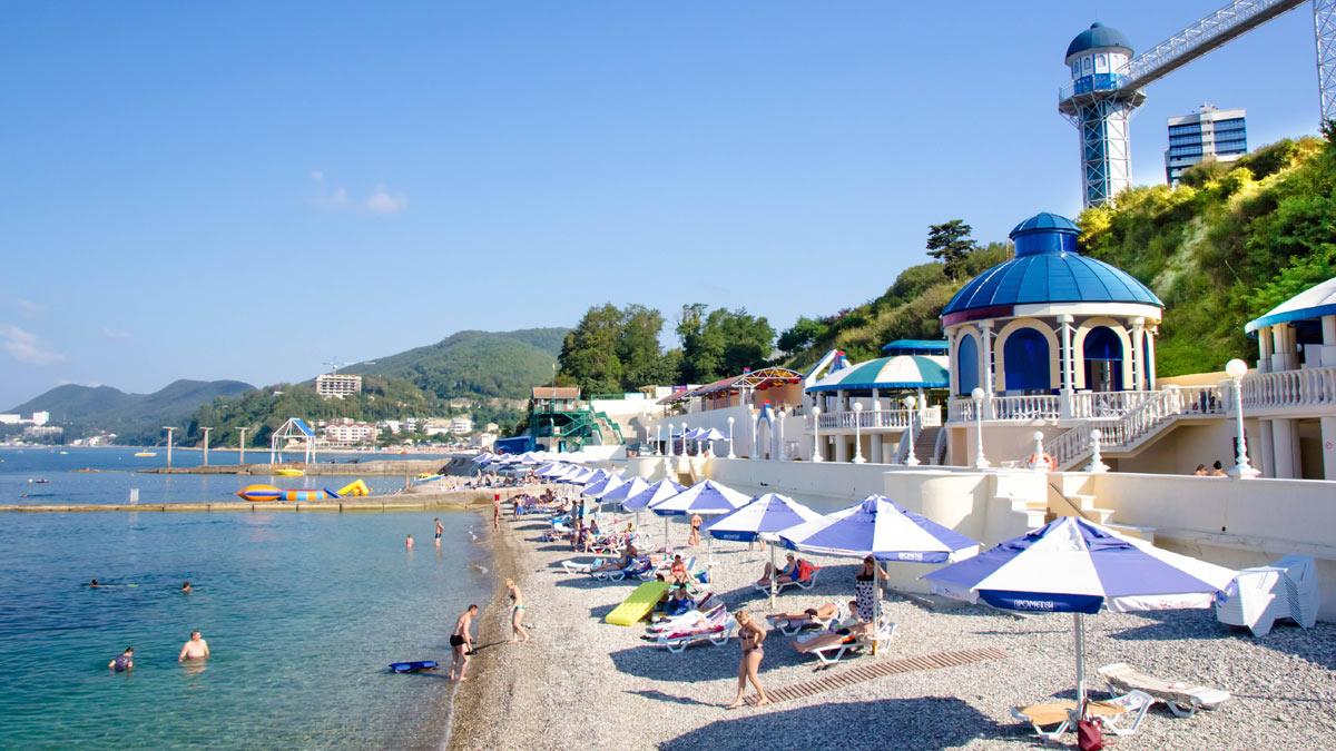 курорт Россия галька зонтики море пляж