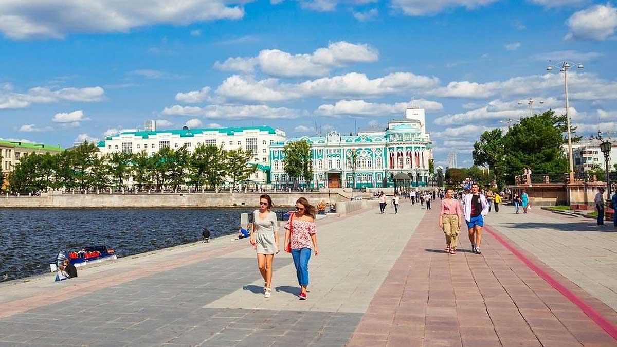 лето люди гуляют вода город