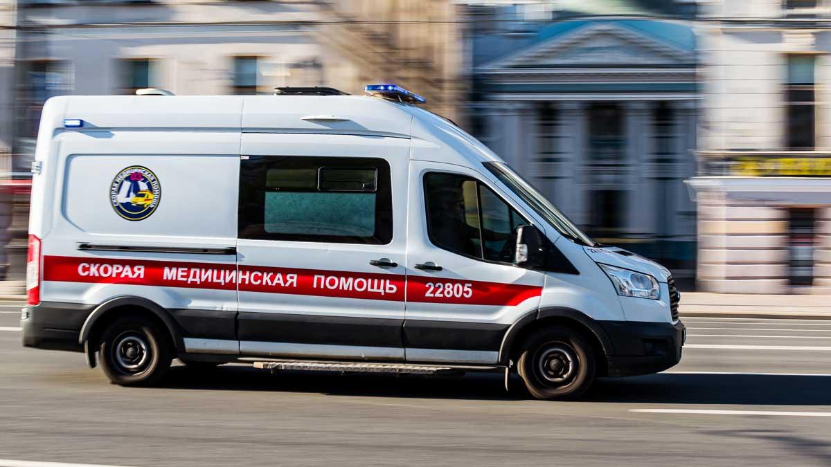 машина скорой помощи едет быстро