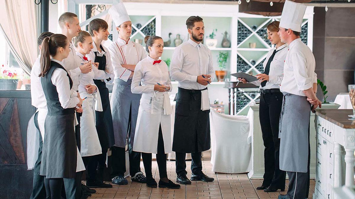 управляющий рестораном совещание с сотрудниками отстранение