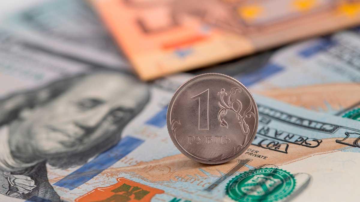монета рубль на купюрах доллары евро
