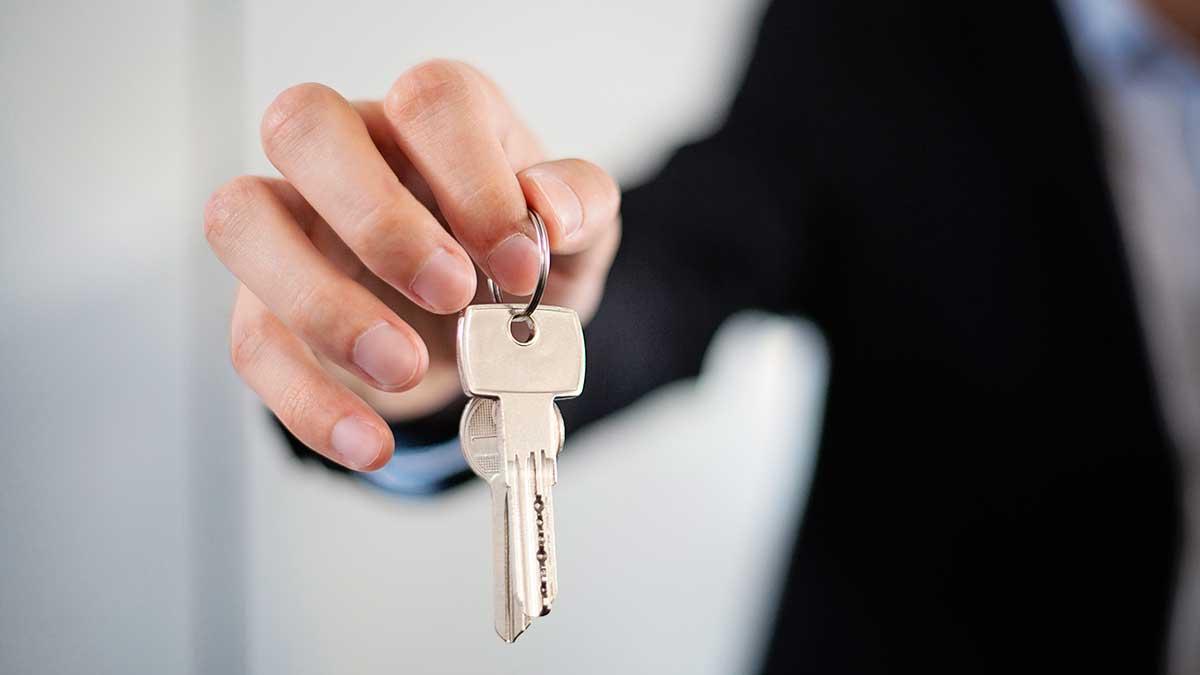 мужчина дает ключи рука