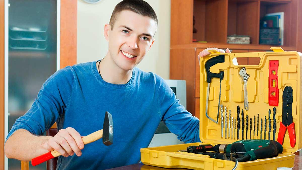 мужчина держит молоток инструменты улыбка
