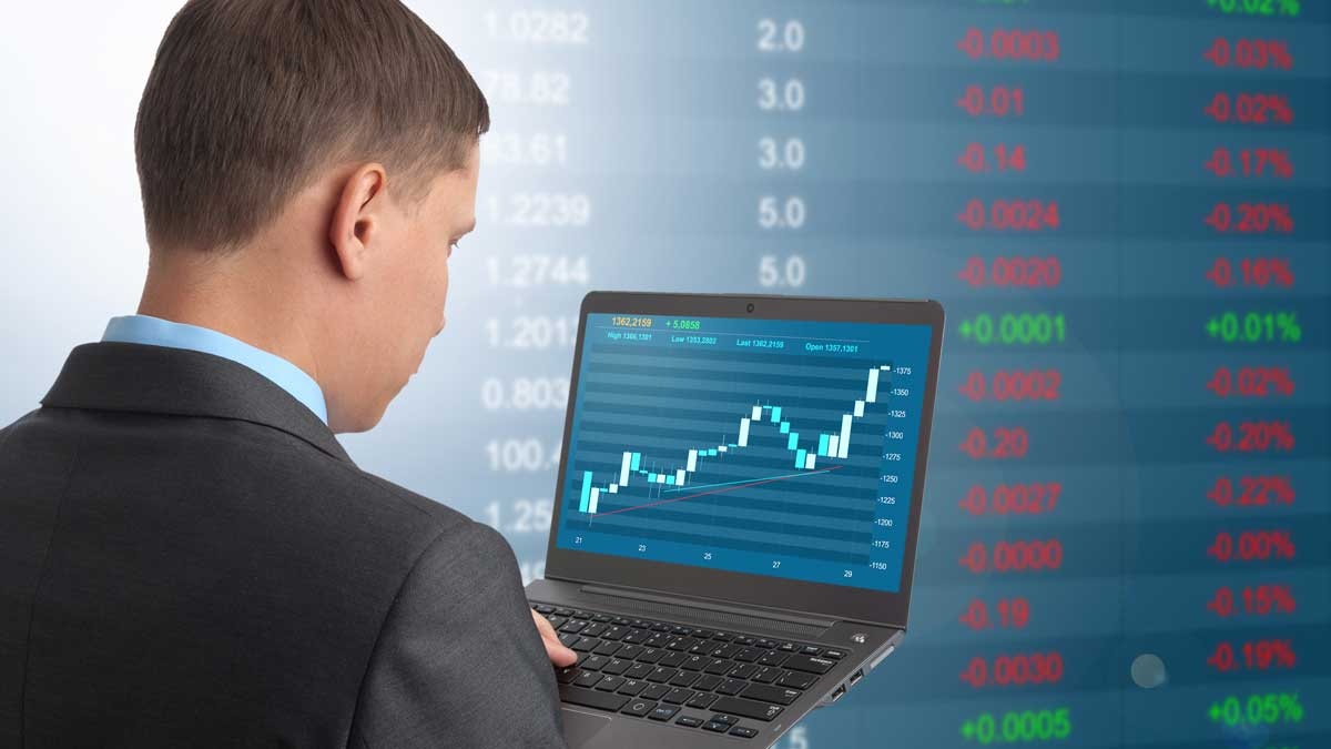 мужчина графики ноутбук акции
