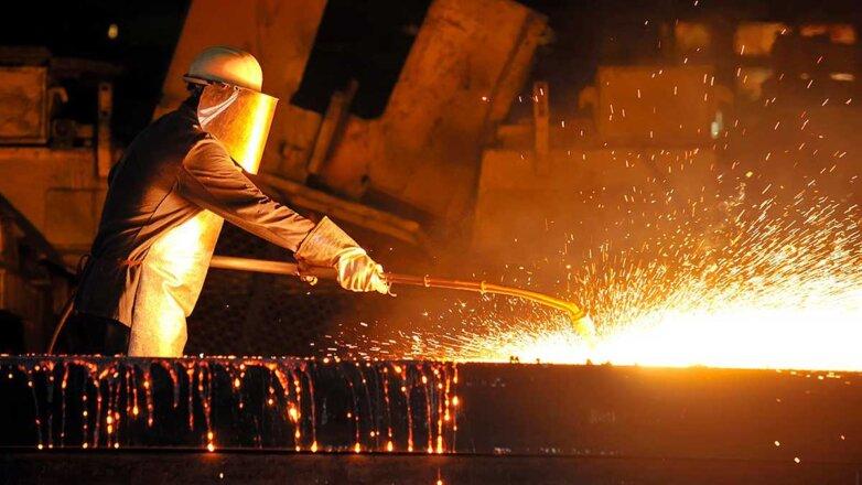 мужчина металлург работает на заводе