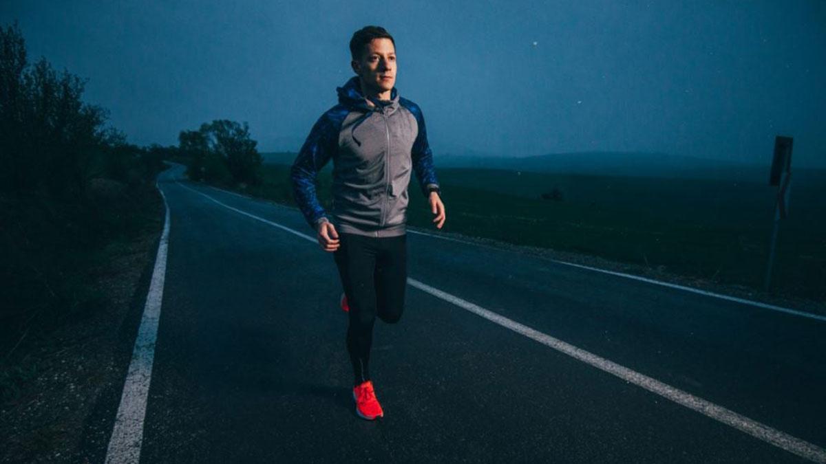 мужчина на вечерней пробежке спорт бег