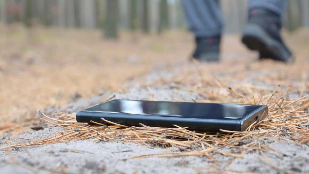 мужчина обронил телефон