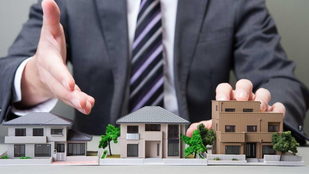 мужчина показывает рукой дом