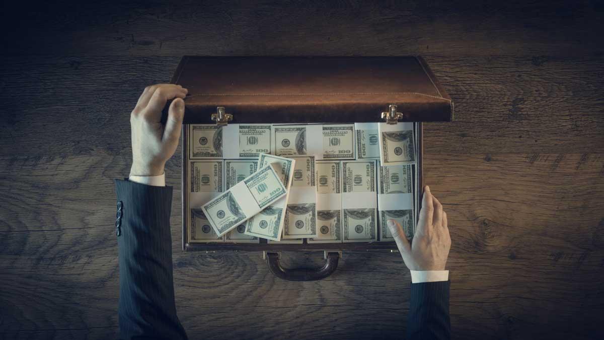 мужчина руки чемодан деньги