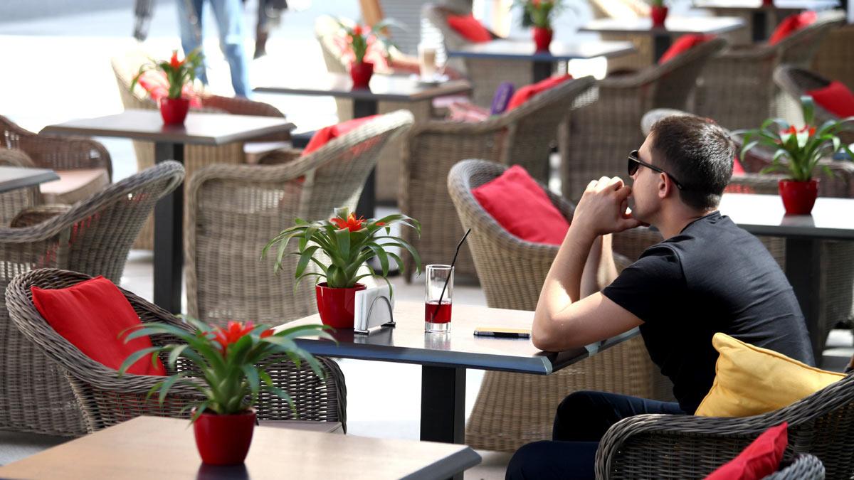 мужчина сидит за столом летняя веранда Москва