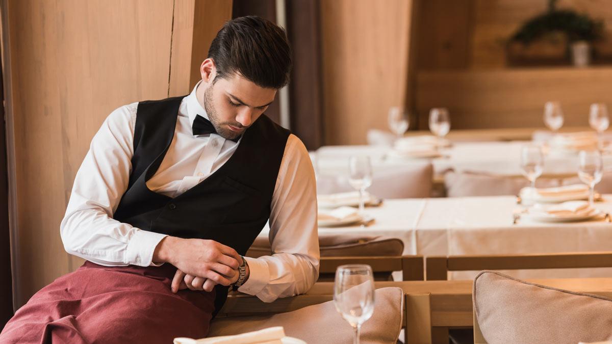 официаент скучает в ресторане