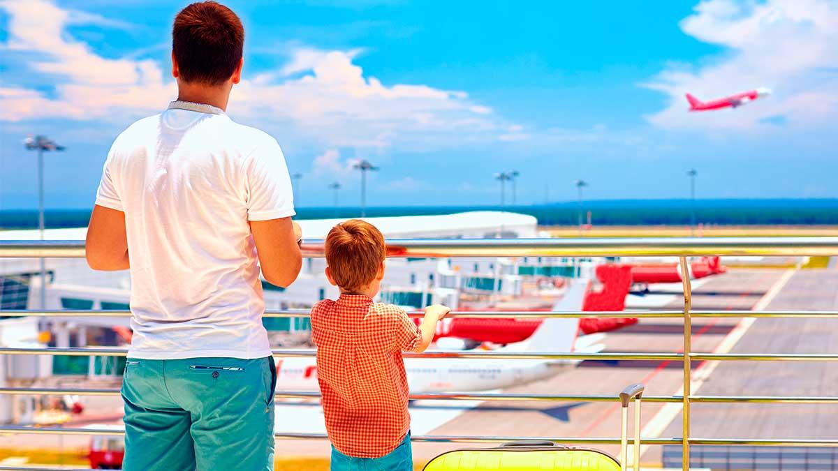 папа с сыном самолет аэропорт