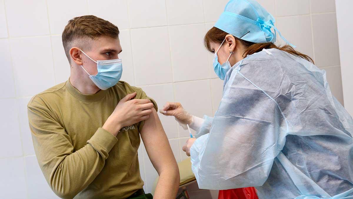 парень вакцина женщина врач