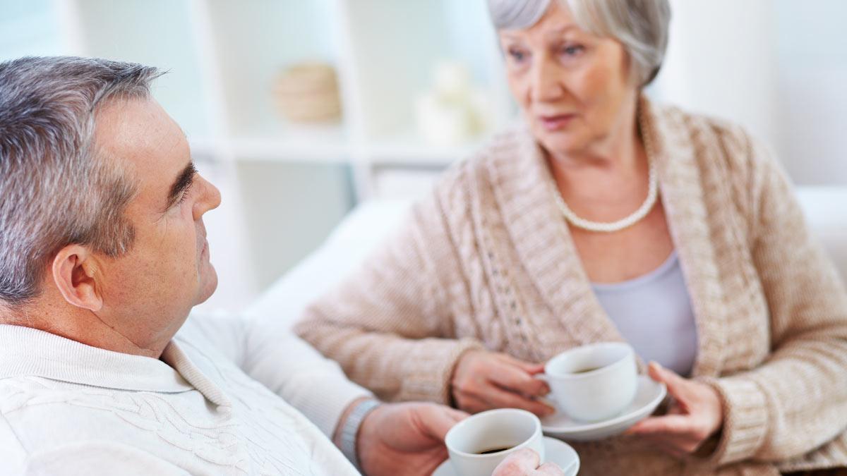 пожилая пара пьет кофе чашки блюдца