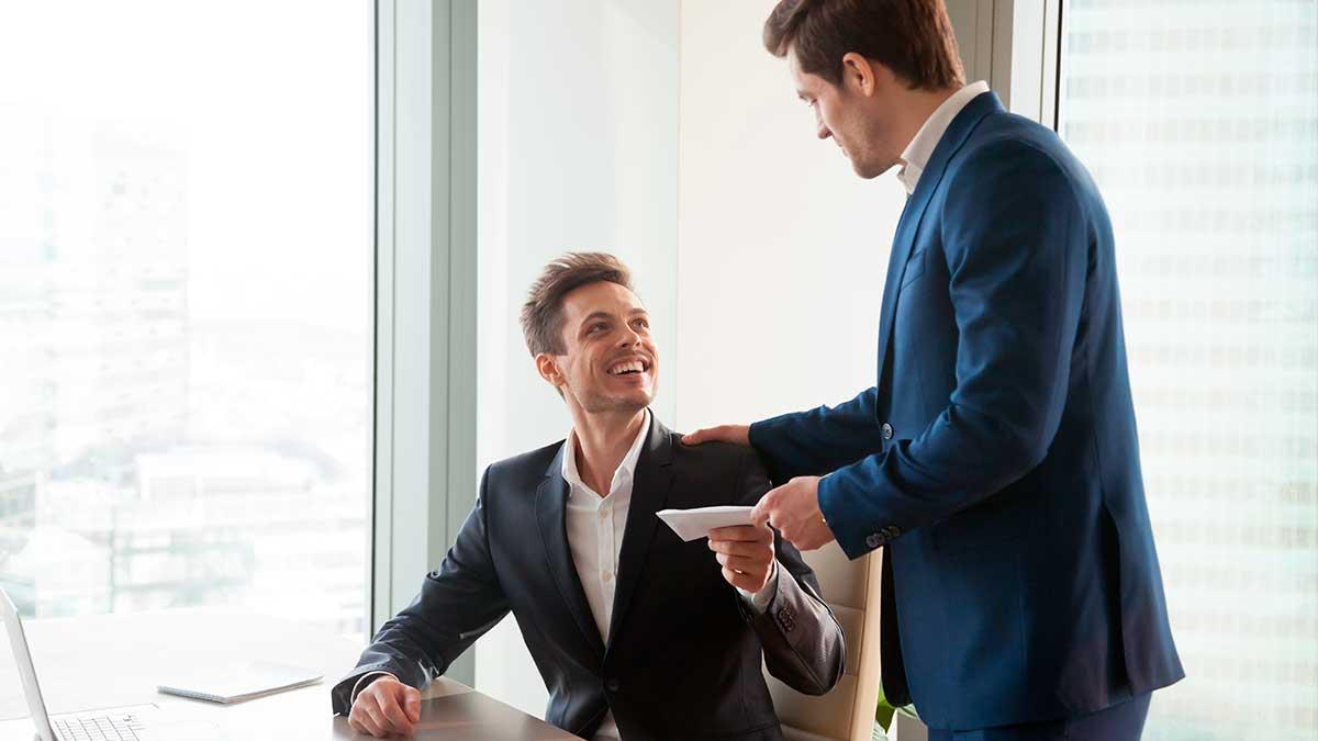 руководитель дает конверт помощнику