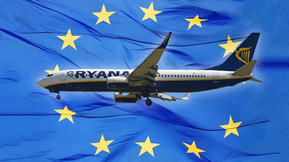 самолет Ryanair на фоне флага ЕС