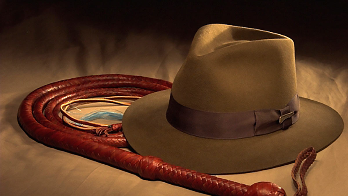 шляпа и кнут Индианы Джонса