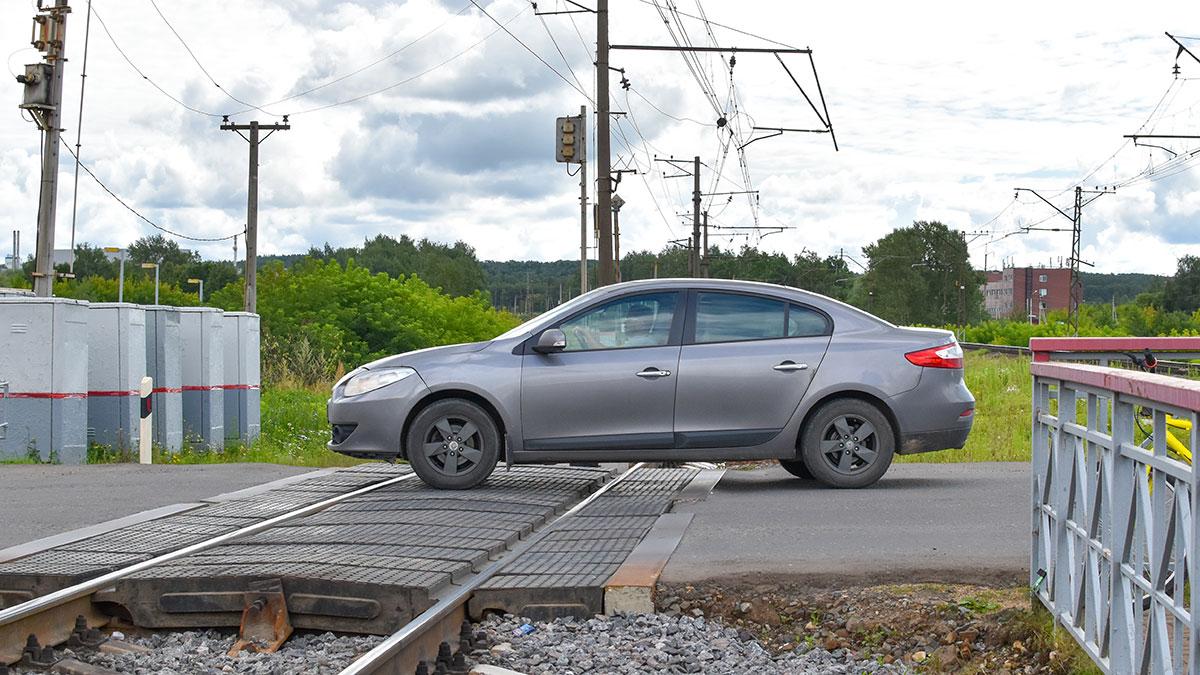 машина стоит на жд путях переезд железная дорога