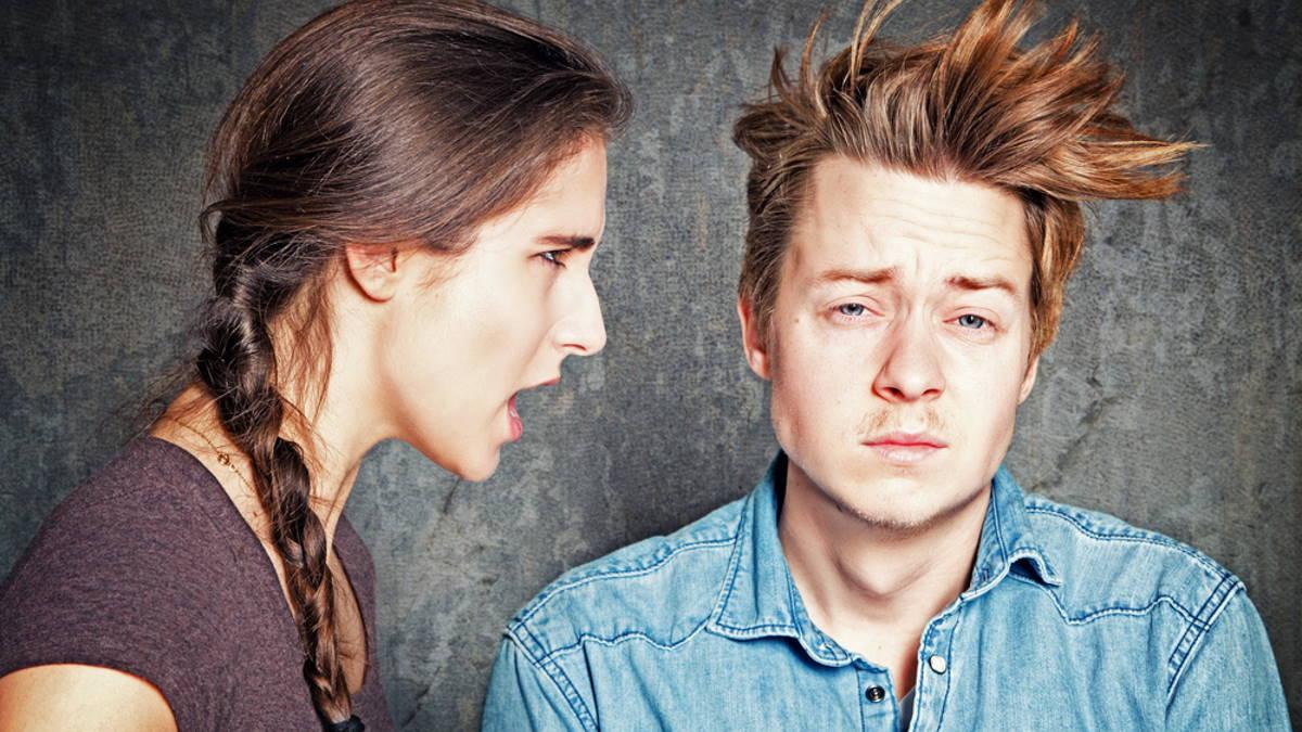 Пара спокойный мужчина и кричащая женщина
