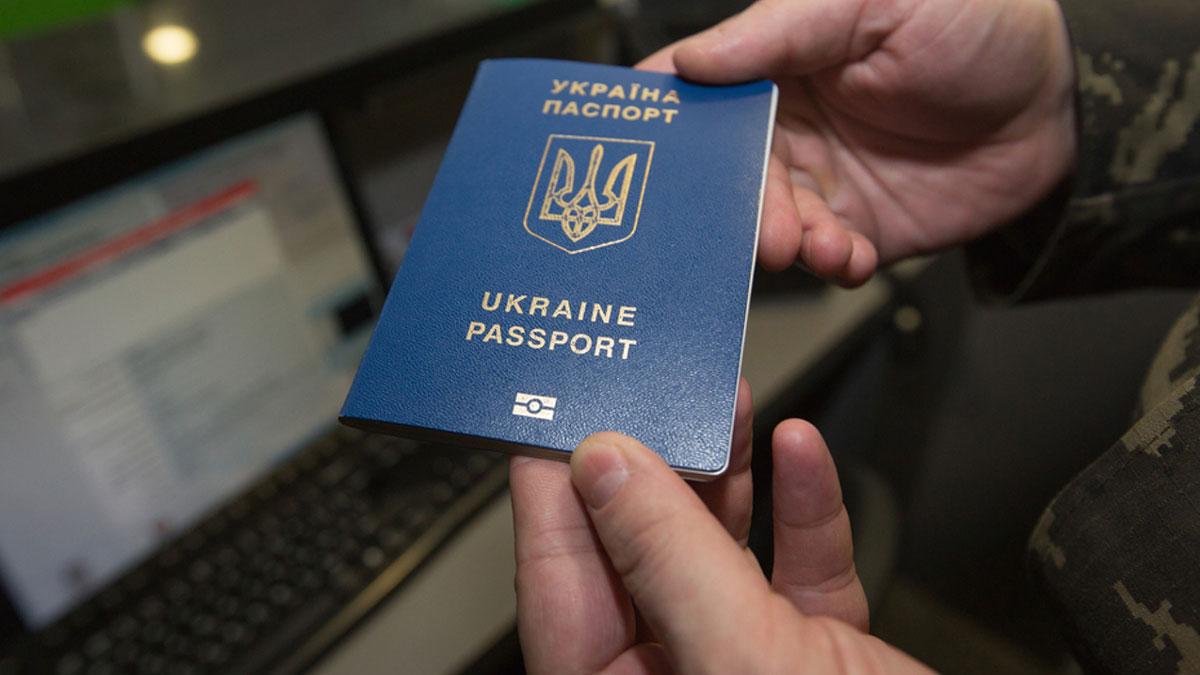 украинский паспорт в руках