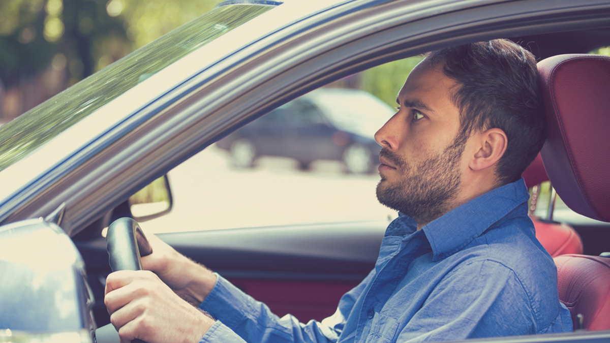 Молодой неопытный испуганный водитель