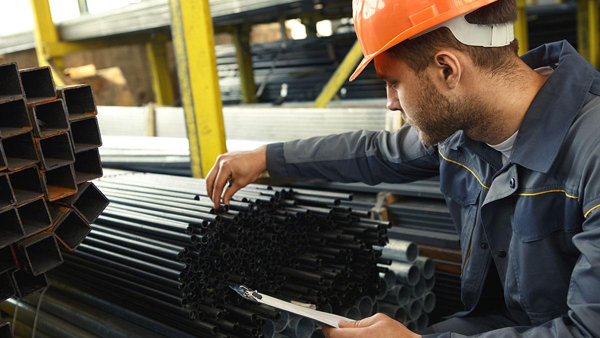 рабочий проверяет качество металла