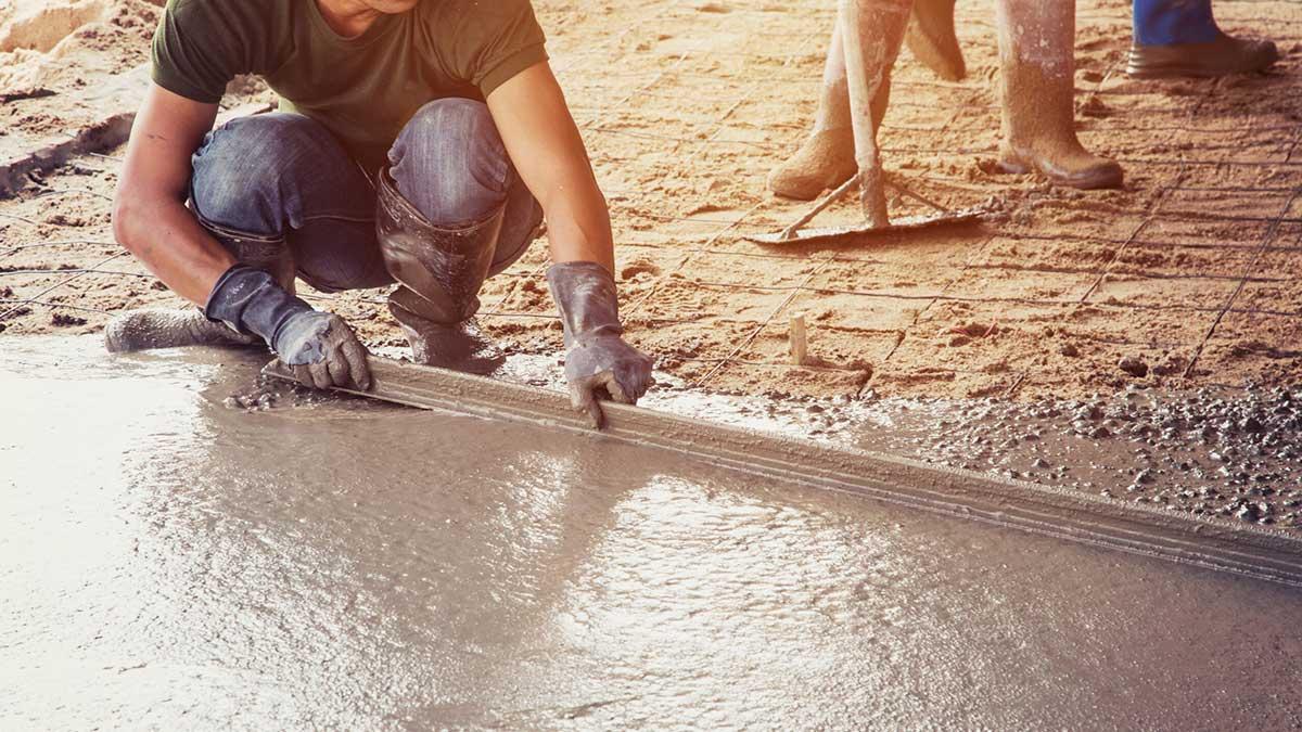 люди заливают бетон